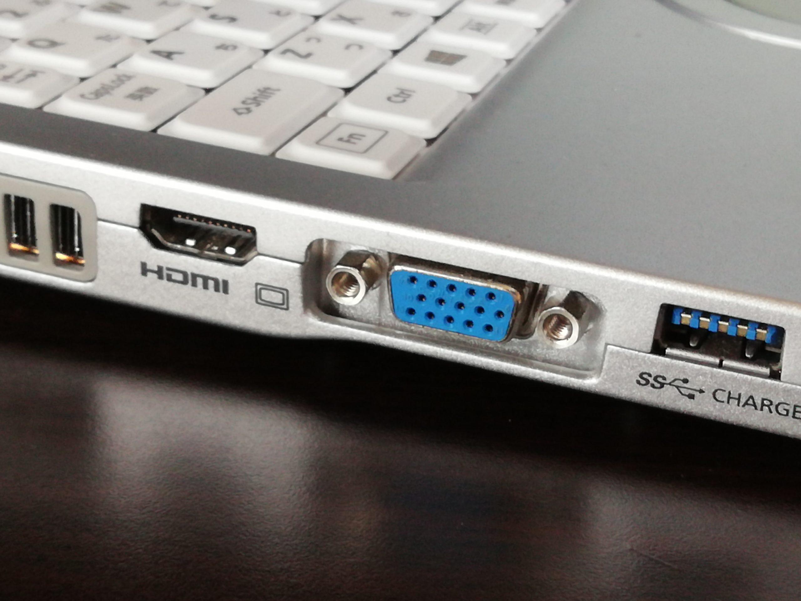VGA端子とHDMI端子のパソコン